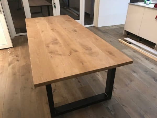 eikenhouten tafel met metalen tafelpoten